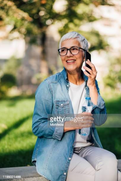 retrato da mulher bonita usando a tecnologia moderna - dia internacional da mulher - fotografias e filmes do acervo