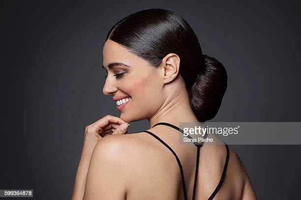 portrait of beautiful woman with brunette hair - cabelo preto - fotografias e filmes do acervo