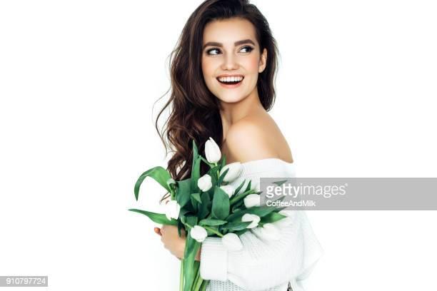 美しい女性のポートレートと花