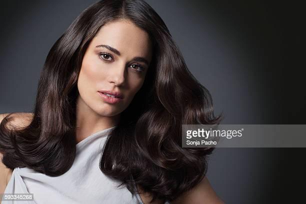 portrait of beautiful woman with long brunette hair - pessoas bonitas - fotografias e filmes do acervo
