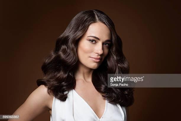 portrait of beautiful woman with long brunette hair - cabello castaño fotografías e imágenes de stock