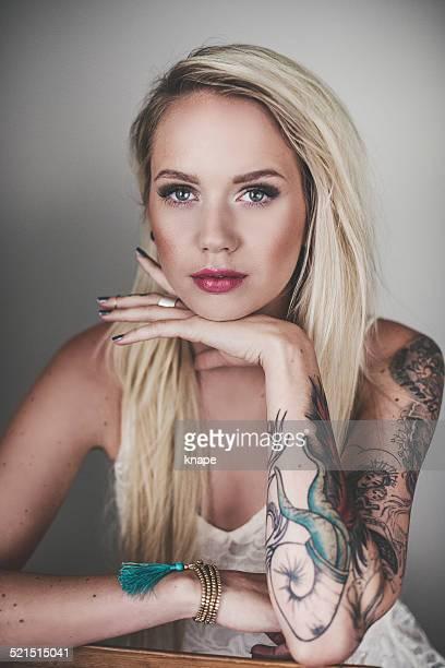Porträt der schönen Frau mit tattoes