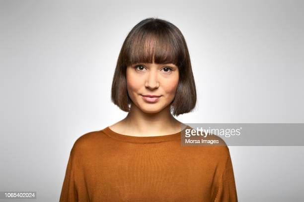 portrait of beautiful young businesswoman - frontaal stockfoto's en -beelden