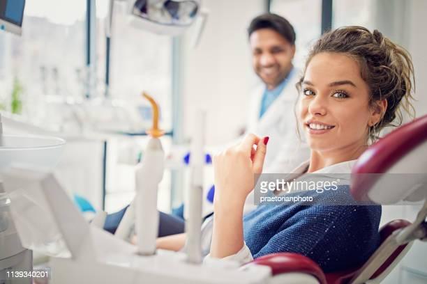 porträt der schönen jungen mädchen in der zahnarztpraxis - zahnpflege stock-fotos und bilder