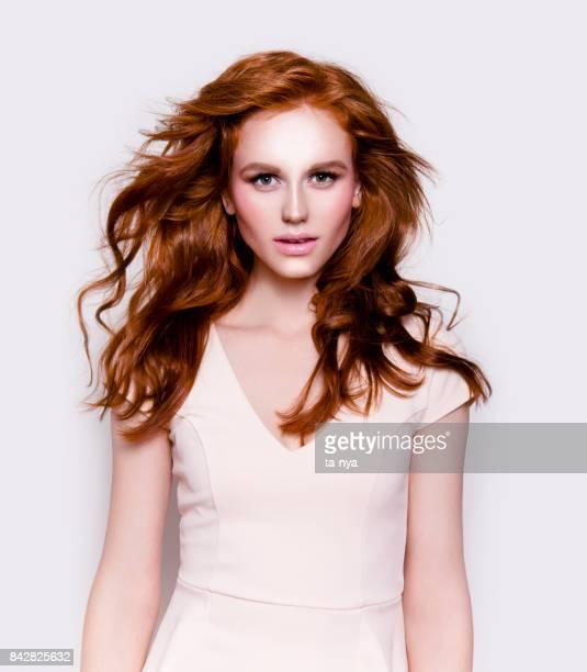 Portret van mooie jonge roodharige vrouw met professionele make-up op zoek perfect