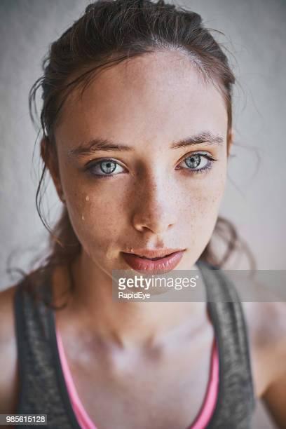 retrato de mulher jovem e bonita em roupas esportivas, olhando para cima - olhos azuis - fotografias e filmes do acervo