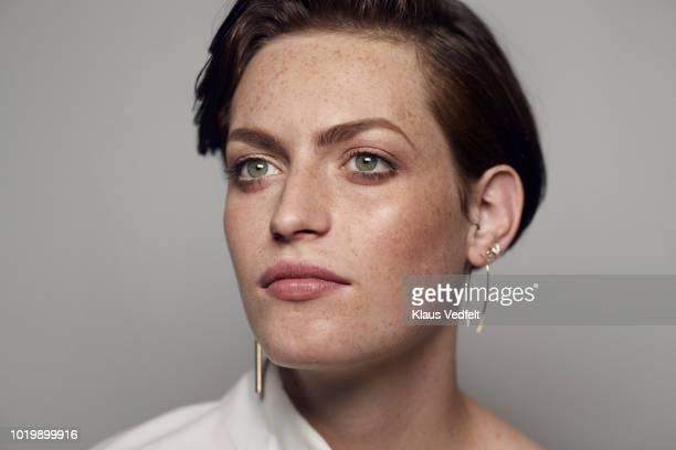 portrait of beautiful young woman looking in camera, shot on studio - kurzhaarschnitt stock-fotos und bilder