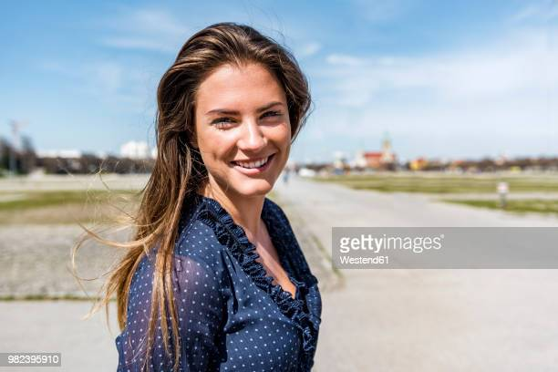 portrait of beautiful young woman outdoors - cheveux naturels photos et images de collection
