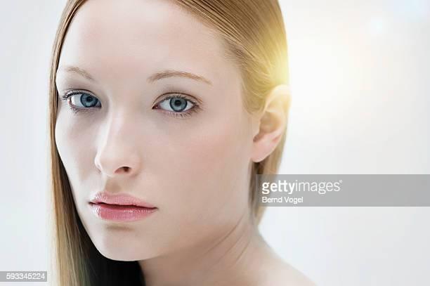 portrait of beautiful young woman - junge frau allein stock-fotos und bilder