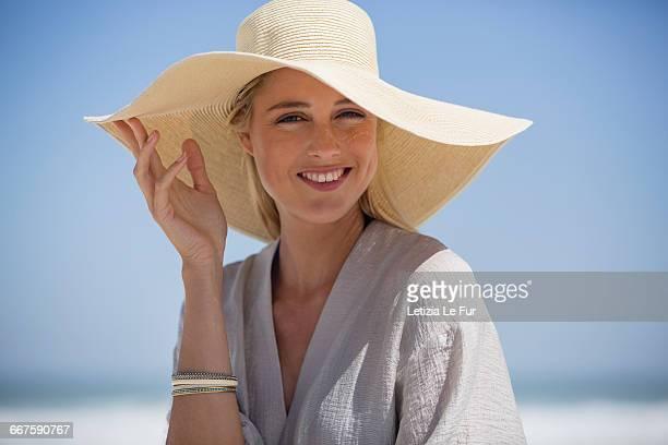 portrait of beautiful young woman wearing sunhat on beach - mannequin blonde photos et images de collection