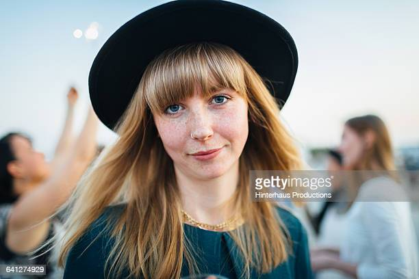 portrait of beautiful young woman with hat - hipster fotografías e imágenes de stock