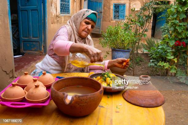portrait of berber old woman in traditional dress, agounssan, high atlas, morocco (model release) - femme marocaine photos et images de collection