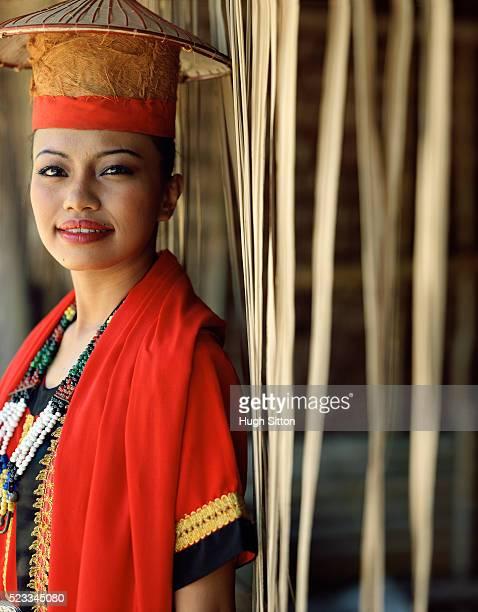 portrait of bidayuh tribal woman - hugh sitton - fotografias e filmes do acervo