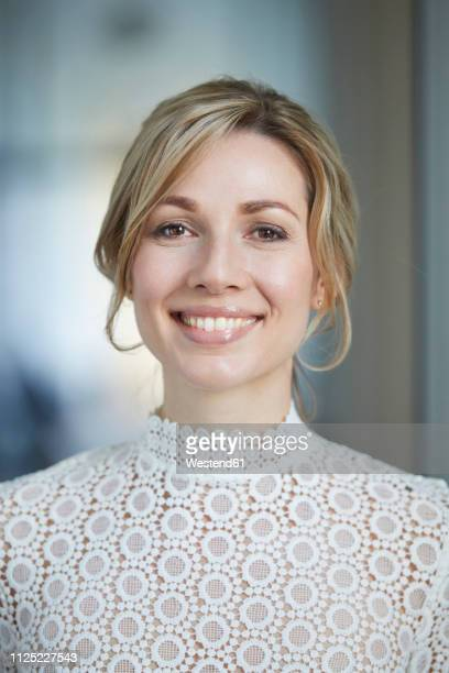 portrait of blond bride, smiling - einzelne frau über 30 stock-fotos und bilder