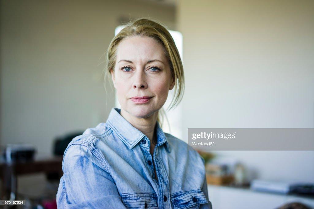 Portrait of blond businesswoman wearing denim shirt : Stock-Foto