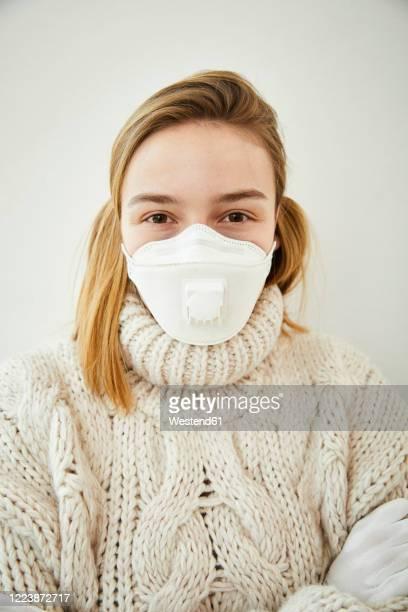 portrait of blond woman wearing ffp2 mask at home - 18 19 años fotografías e imágenes de stock