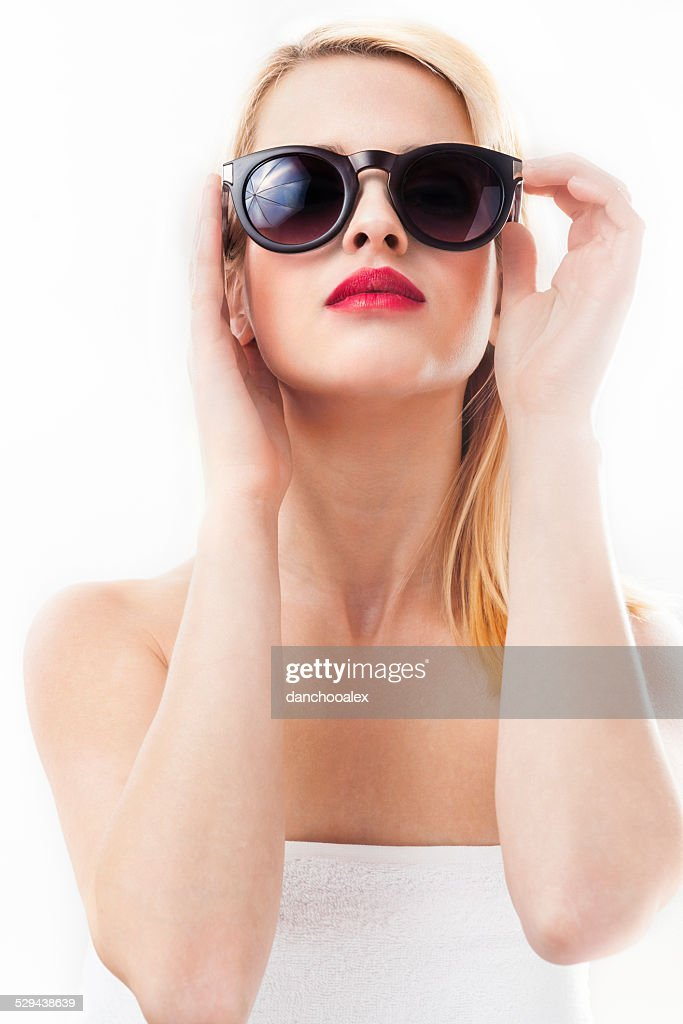 Portrait de femme blonde avec des lunettes de soleil