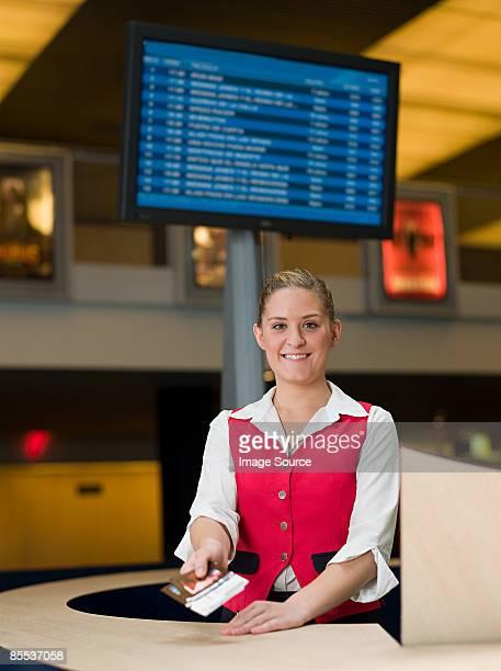 portrait of box office sales assistant - hygiaphone photos et images de collection