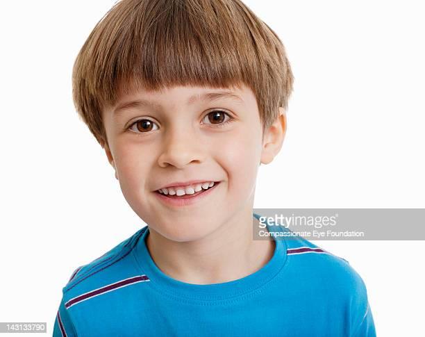 """portrait of boy (5-6), close up, smiling - """"compassionate eye"""" foto e immagini stock"""