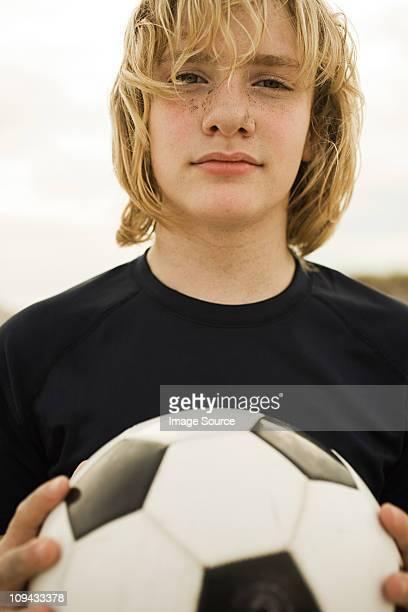retrato de menino segurando bola de futebol - só meninos adolescentes imagens e fotografias de stock