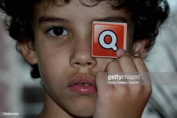 portrait of boy holding q sign - letra q - fotografias e filmes do acervo