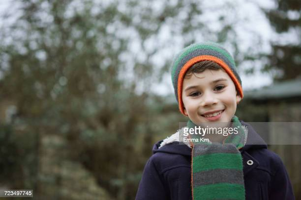 portrait of boy in knit hat outdoors - 6 7 jaar stockfoto's en -beelden