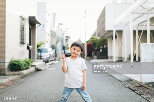 portret van jongen in de straat - alleen één jongen stockfoto's en -beelden