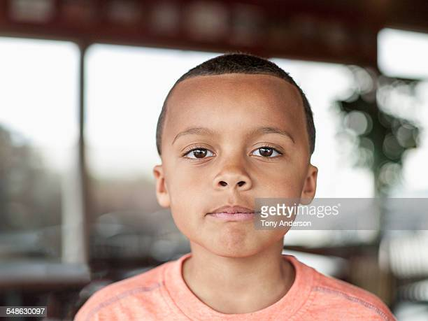 portrait of boy indoors - olhos castanhos - fotografias e filmes do acervo