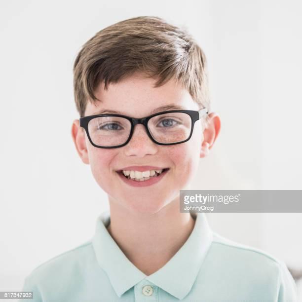 Portret van jongen camera kijken en lachend met bril