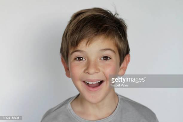 portrait of boy smiling - bambini maschi foto e immagini stock