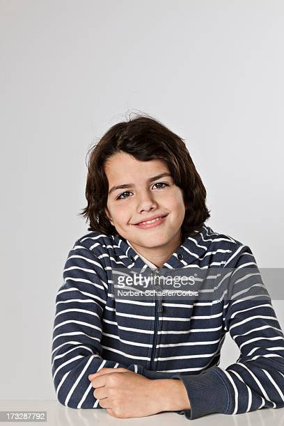 portrait of boy (10-12) smiling - 12 13 jaar stockfoto's en -beelden
