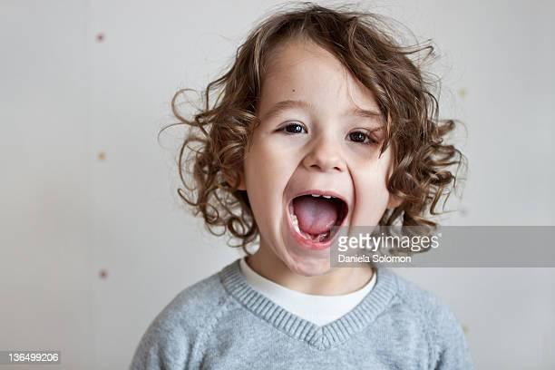 portrait of boy with curly brown hair - 2 3 anos - fotografias e filmes do acervo