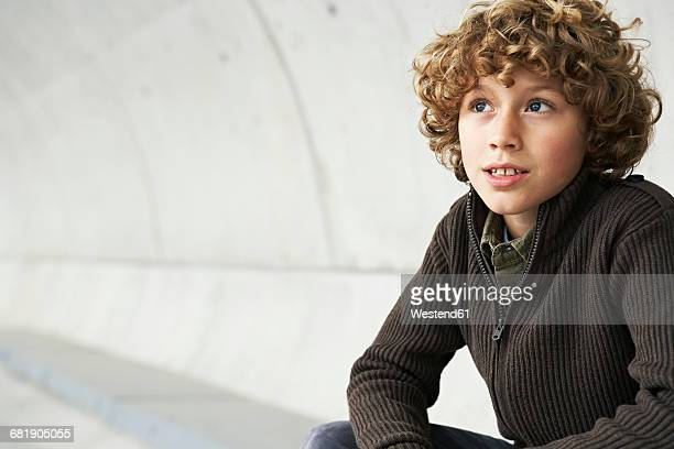 portrait of boy with curly hair - gelockt stock-fotos und bilder