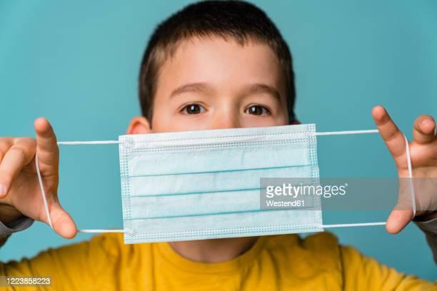 portrait of boy with mask - pandemia fotografías e imágenes de stock