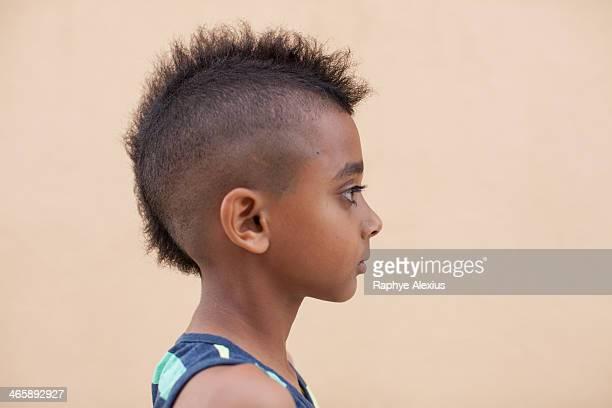 portrait of boy with mohawk hairstyle, side view - cabeza afeitada fotografías e imágenes de stock