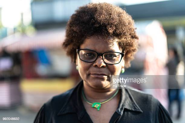 retrato de mujer brasileña - mujeres de mediana edad fotografías e imágenes de stock