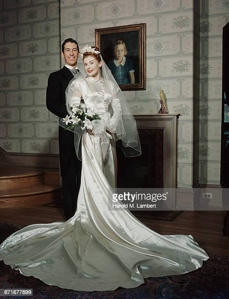 portrait of bride and groom   - {{ contactusnotification.cta }} stockfoto's en -beelden