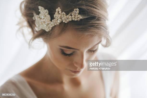 portrait of bride with pearl headband - sposa foto e immagini stock