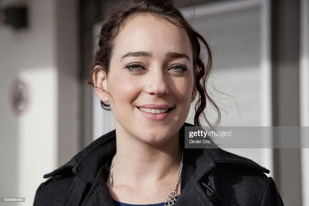 Portrait of brunette shop assistant, smiling : Foto de stock