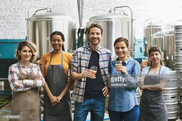 ブエノスアイレスクラフトビール醸造所の同僚の肖像 - 醸造所 ストックフォトと画像
