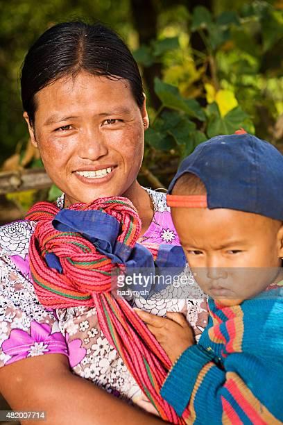 ミャンマー人のポートレートを持つ女性彼女の赤ちゃん