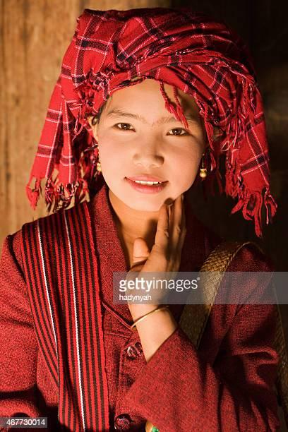 ミャンマー人の女性のポートレートインレー湖付近