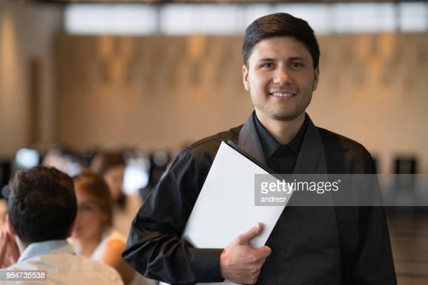porträt von business-administrator ein blick in die kamera lächeln gedrückter menü restaurant - speisekarte stock-fotos und bilder