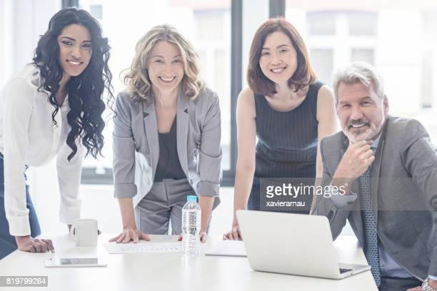 オフィスでの会議のビジネス人々 の肖像画 - イギリス ストックフォトと画像