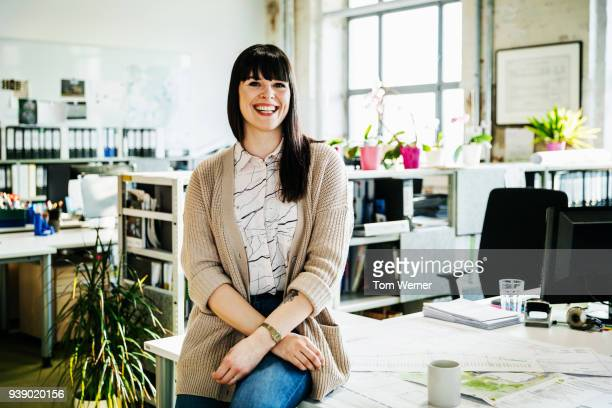 portrait of business team member, smiling - schwarzes haar stock-fotos und bilder