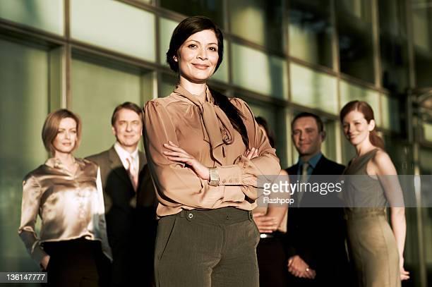 portrait of business woman and colleagues - pessoa de negócios - fotografias e filmes do acervo