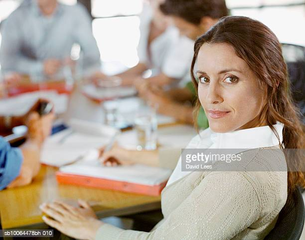 portrait of business woman at meeting, focus on foreground - grupo pequeno de pessoas - fotografias e filmes do acervo