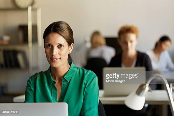portrait of business woman at work station - 35 39 anos - fotografias e filmes do acervo