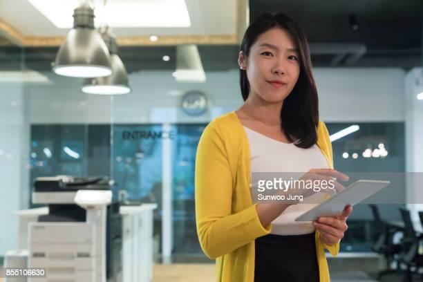 portrait of business woman in modern office - koreanischer abstammung stock-fotos und bilder