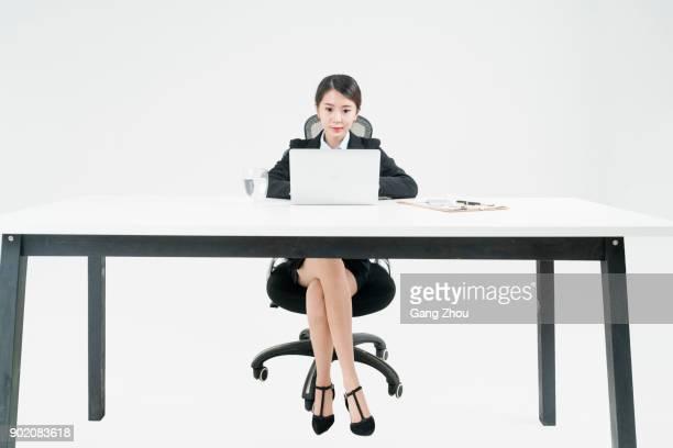 portret van zakenvrouw werkzaam bij bureau tegen de witte achtergrond - frontaal stockfoto's en -beelden